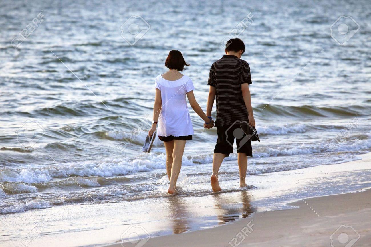 Фото девушек со спины на фоне океана 14 фотография