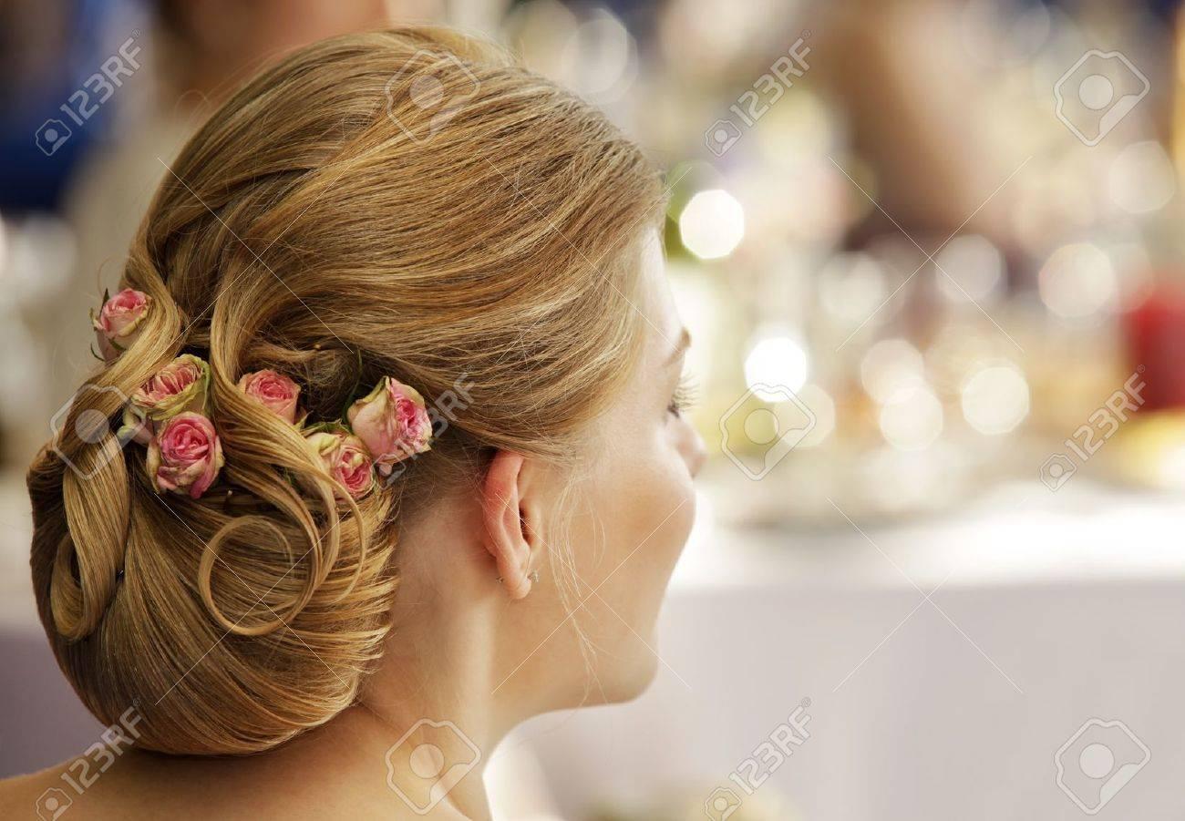Das Madchen Mit Einer Hochzeit Frisur Lizenzfreie Fotos Bilder Und