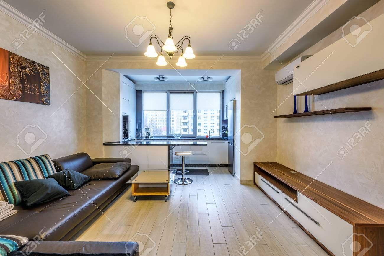 Stock Foto Weie Wohnung Von Wohnzimmer Und Kche Mit Bar Moderner Stil.