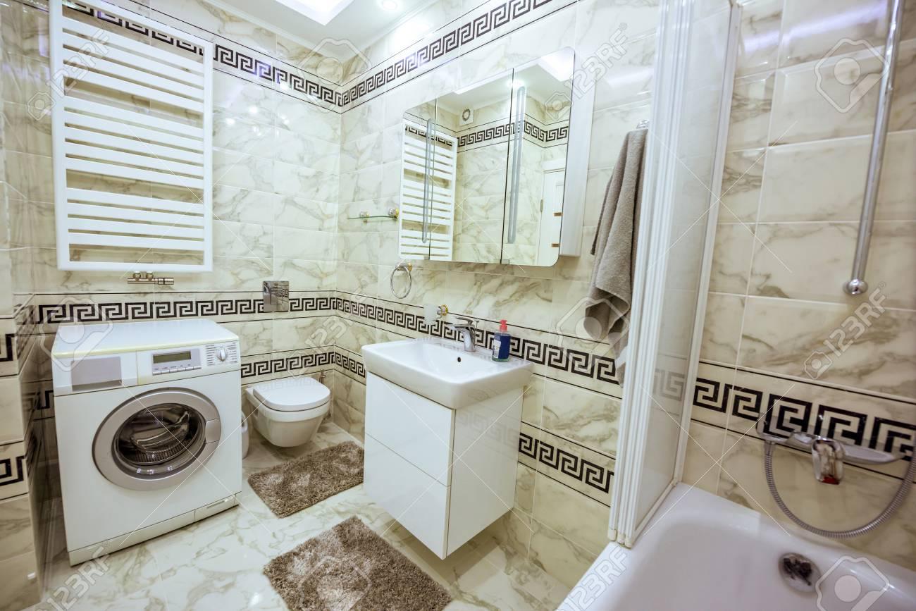 Cuarto De Baño Pequeño Blanco Y Negro Con Lavadora, Bañera Y Espejo ...