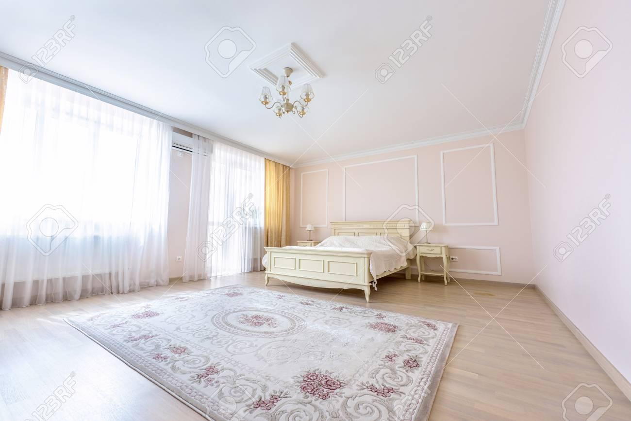 Weiße Wohnung Innenarchitektur Schlafzimmer Mit Klassischen Möbeln ...