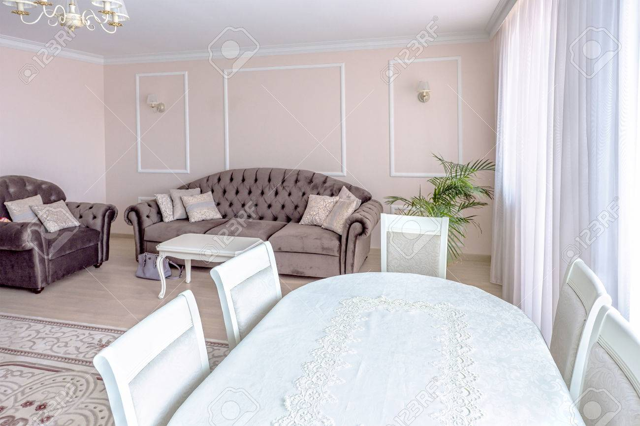 Sala De Estar Blanca Del Diseño Interior Del Apartamento Con Muebles ...