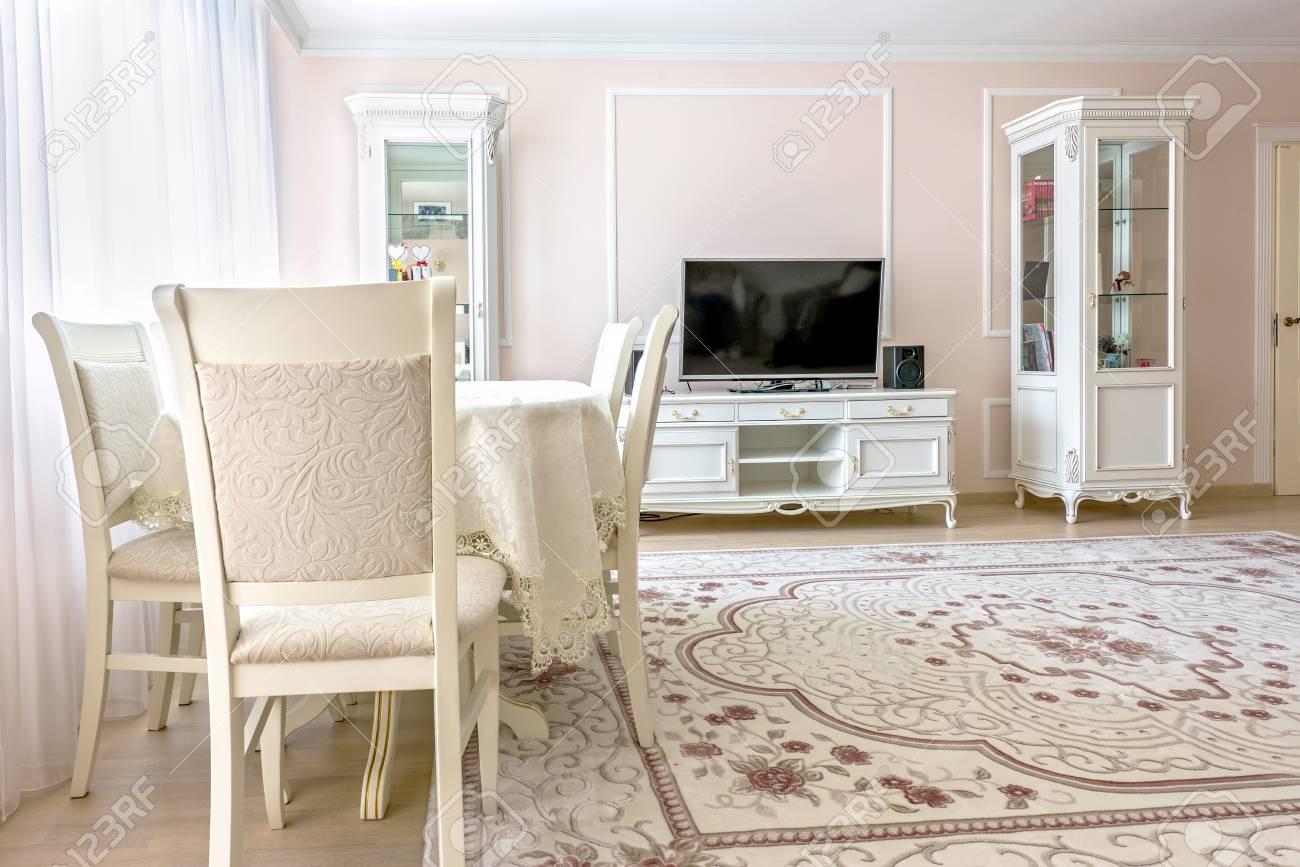 Soggiorno Design Interno Appartamento Bianco Con Mobili Classici ...
