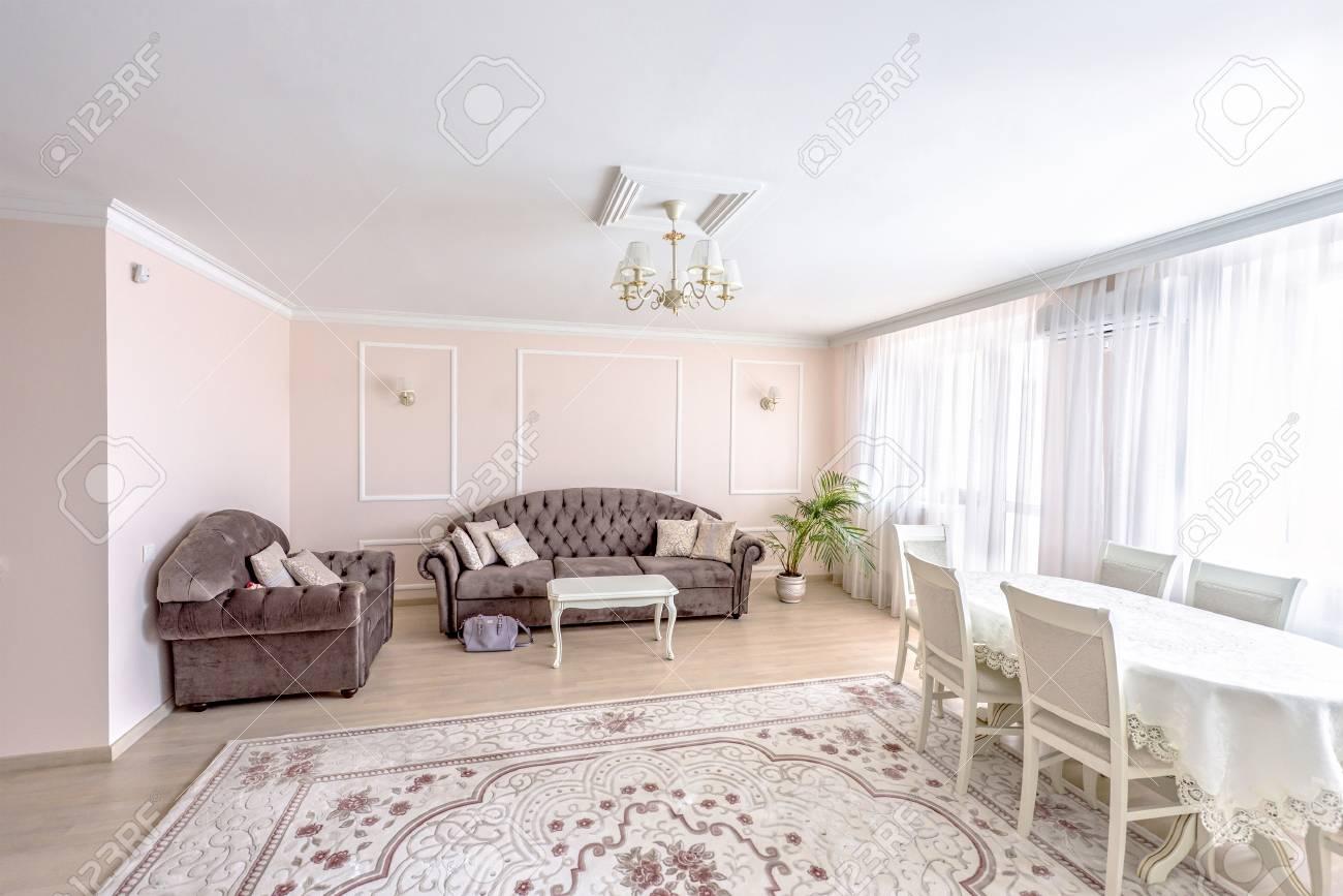 Standard Bild   Weiße Wohnung Innenarchitektur Wohnzimmer Mit Klassischen  Möbeln, Sofa Und Weißen Tisch, Blumen Und TV Audio Set, Modernen Stil In  Chisinau, ...
