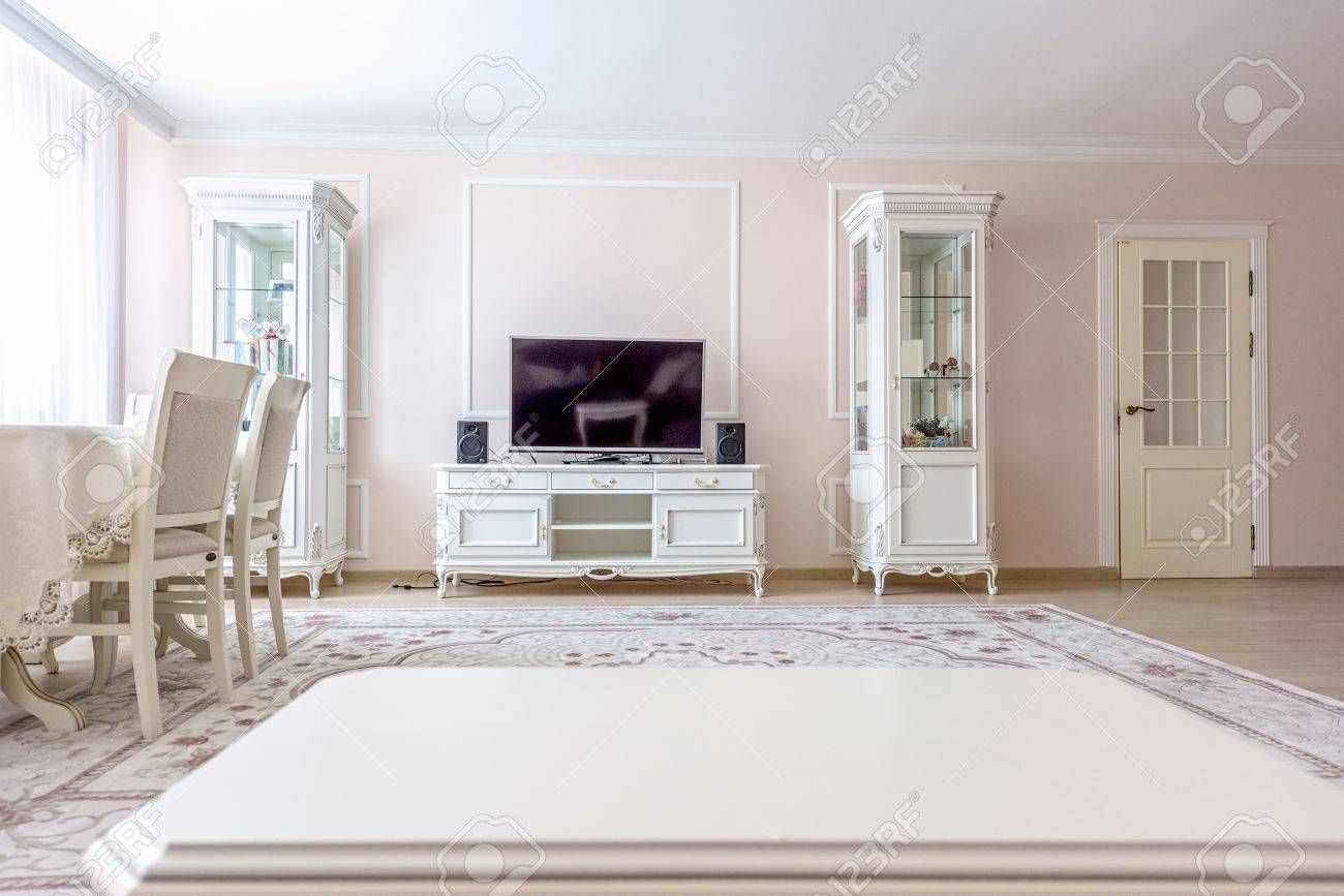 White Apartment Interior Design Living Room With Classic Furniture ...