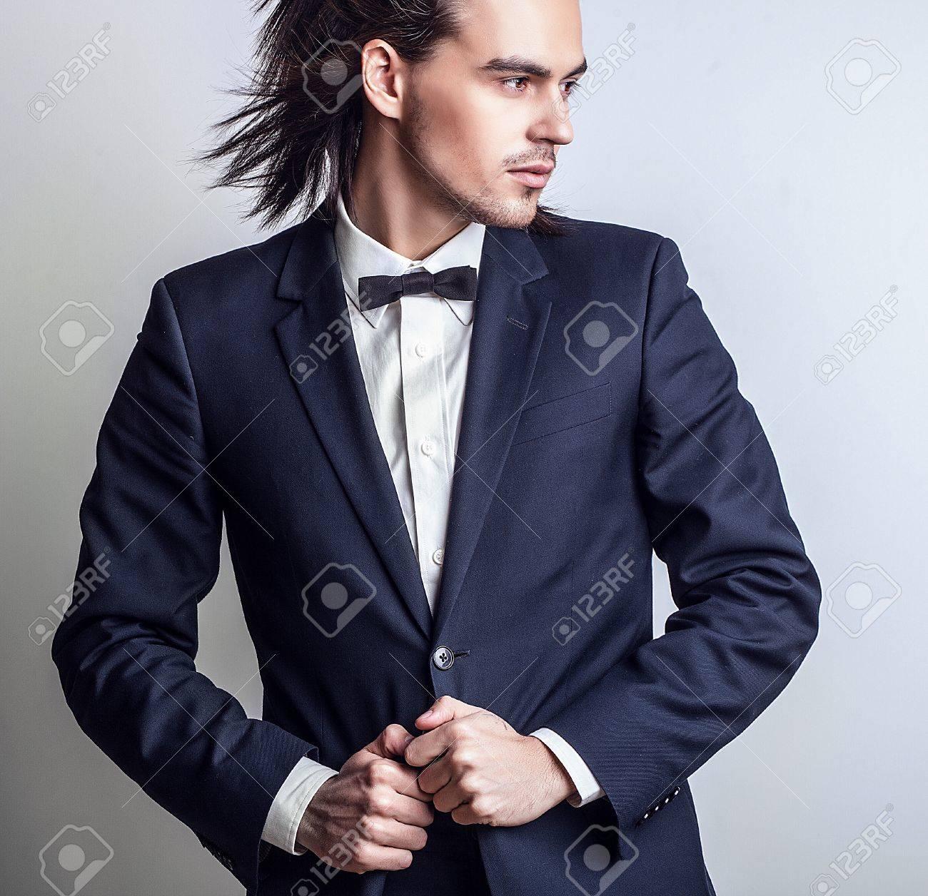 Portrait d'un homme élégant aux cheveux longs Banque d'images - 20085352