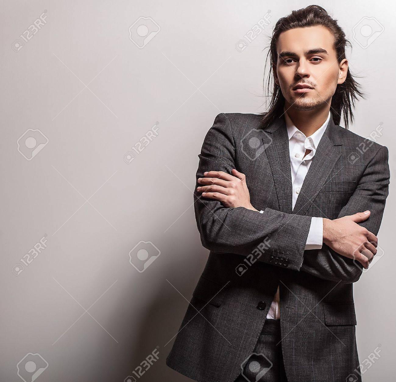 Portrait d'un homme élégant aux cheveux longs Banque d'images - 20085275