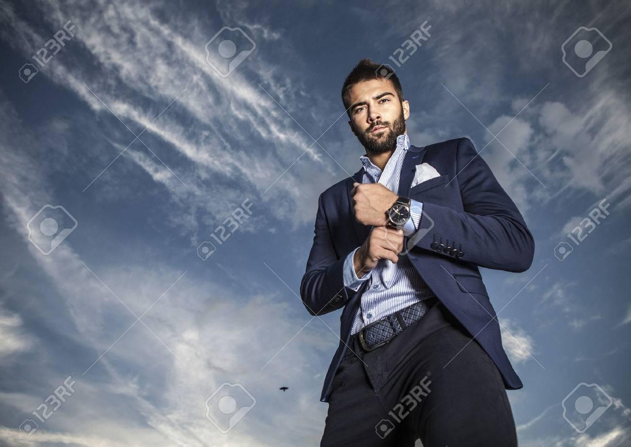 Portrait de beau jeune homme à la mode en plein air Banque d'images - 22572434