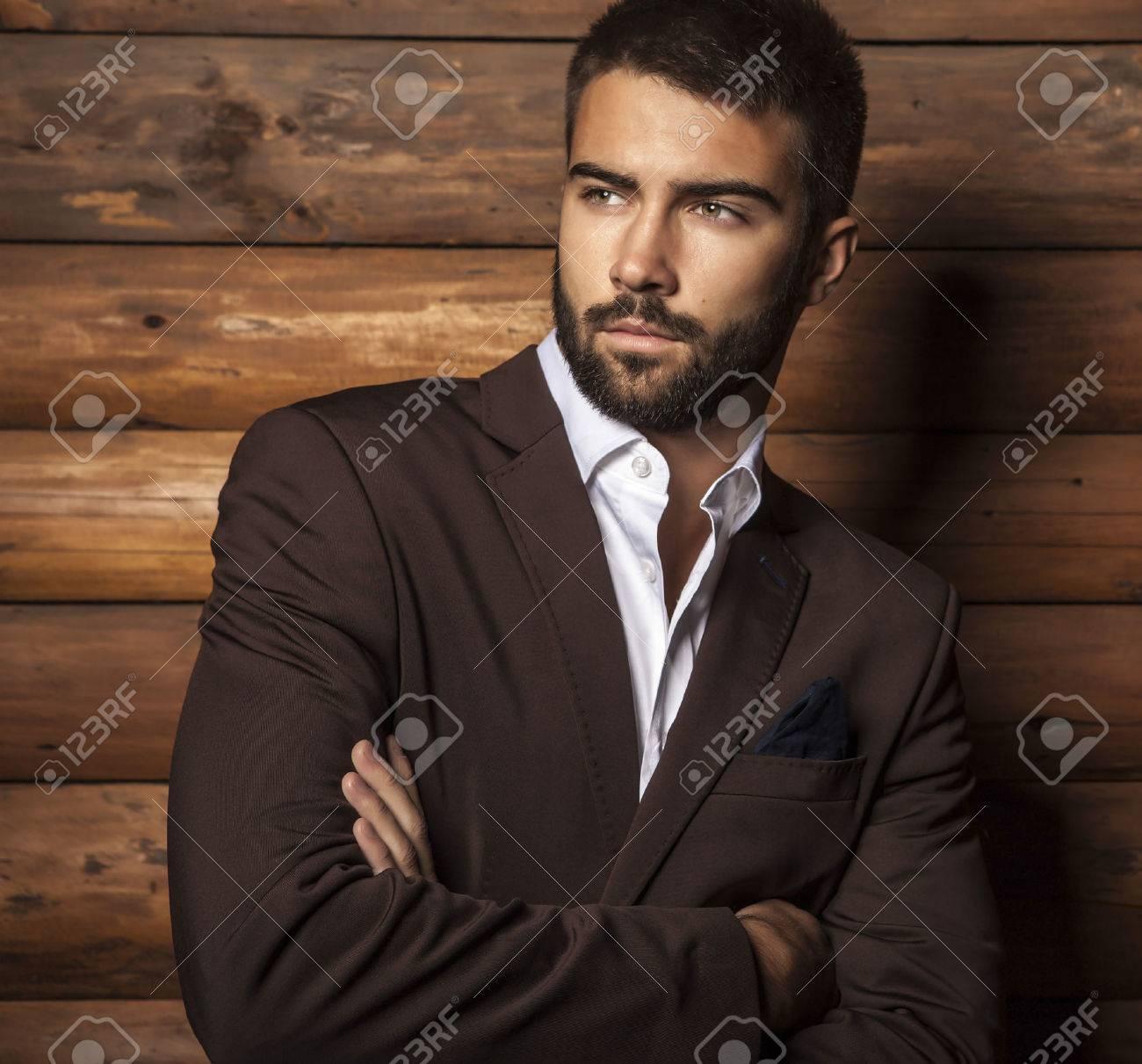 Portrait de jeune homme ? la mode belle contre le mur en bois Banque d'images - 22572458