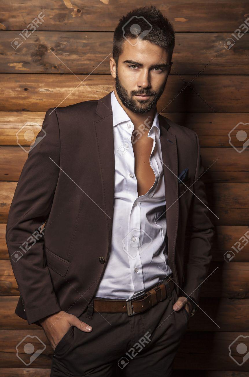 Portrait de jeune homme ? la mode belle contre le mur en bois Banque d'images - 22572459