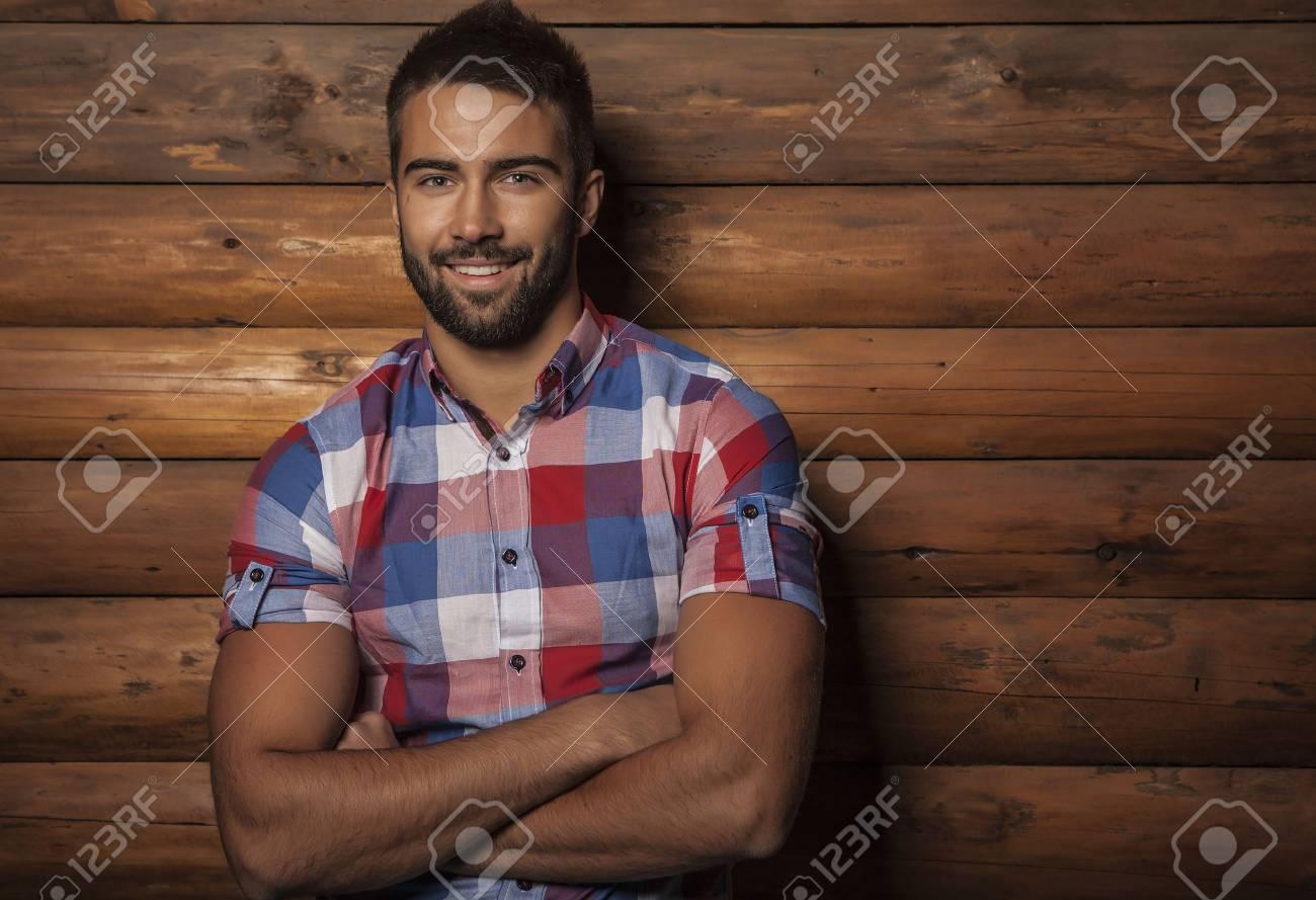 Portrait de jeune homme ? la mode belle contre le mur en bois Banque d'images - 22572463
