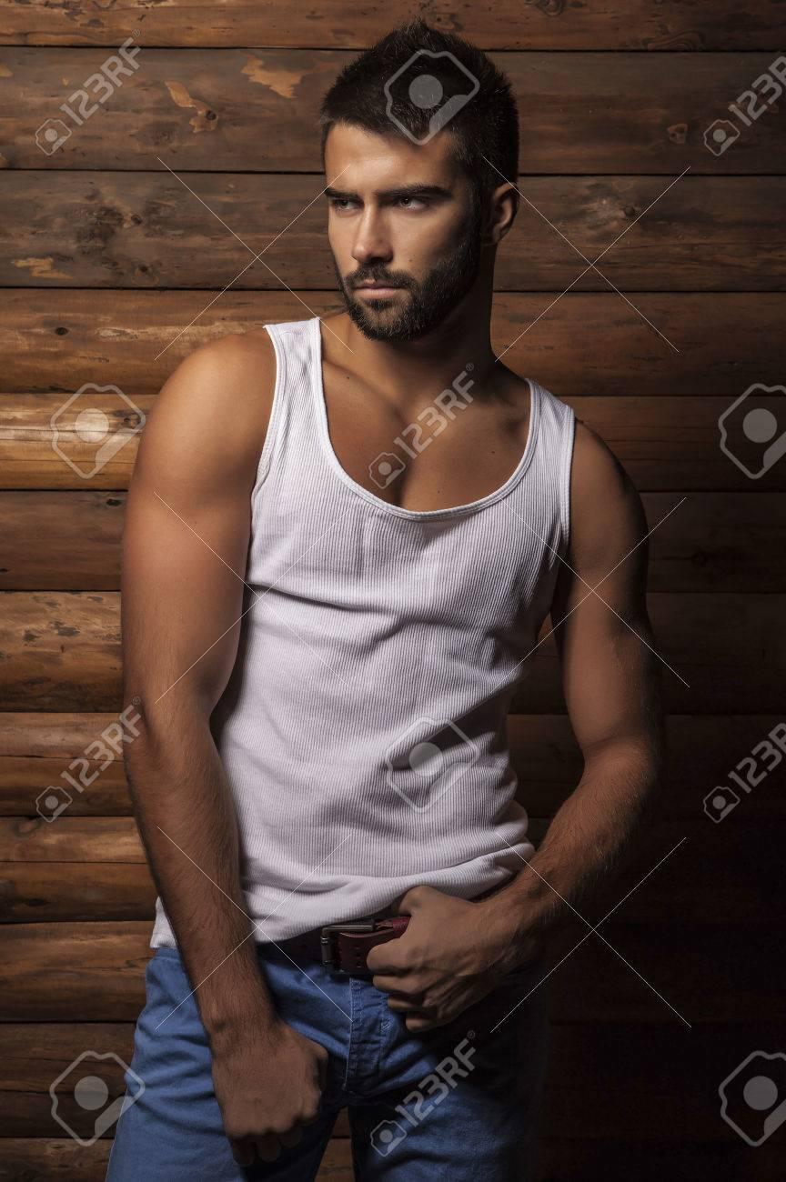 Portrait de jeune homme ? la mode belle contre le mur en bois Banque d'images - 22572468