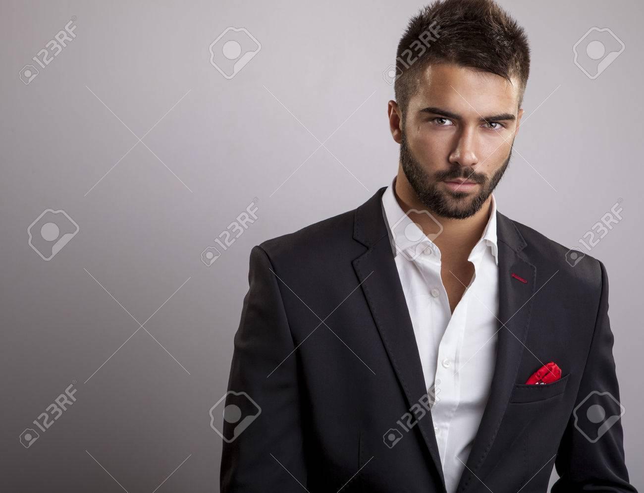 Élégant portrait de jeune homme beau Studio de mode Banque d'images - 24368210
