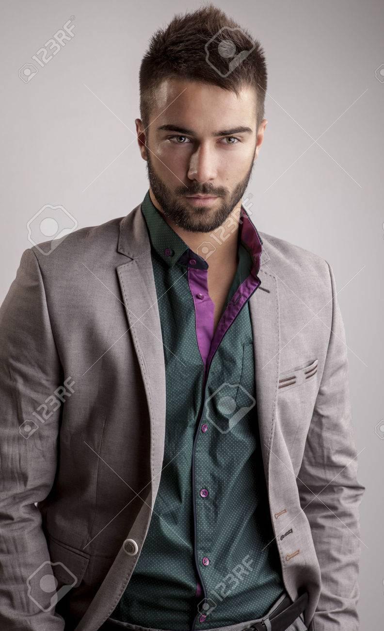 Élégant portrait de jeune homme beau Studio de mode Banque d'images - 24368215