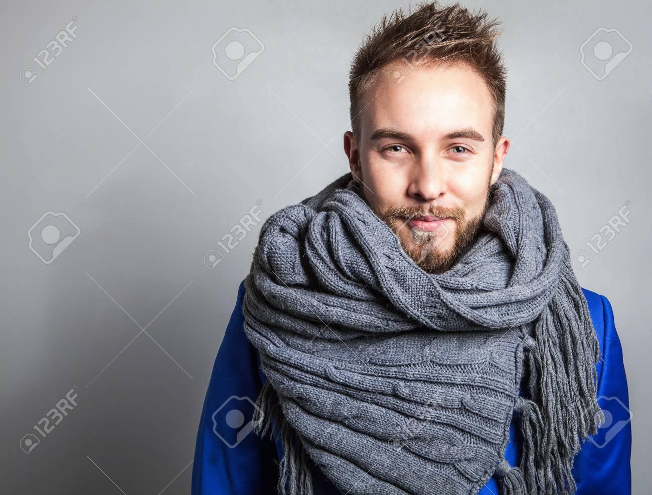 Banque d images - Légant et beau jeune homme positif en écharpe. Studio  portrait de la mode. cd43dd184a2