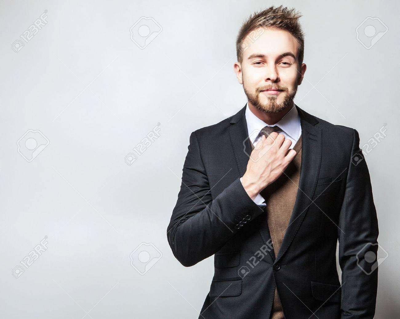 Elégant positive beau jeune homme en costume. Studio de portrait de la mode. Banque d'images - 39315180