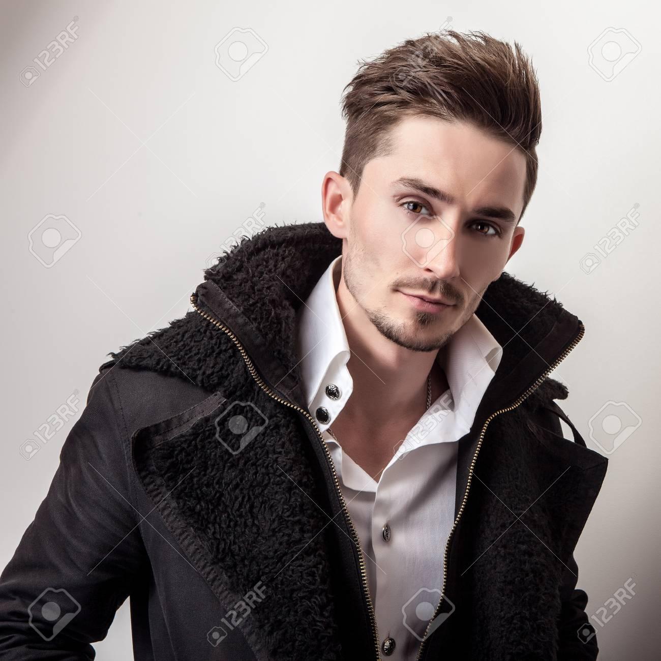 de jeune portrait la mode bel homme à manteau Elégante noirStudio élégant de long D2IEYHbWe9