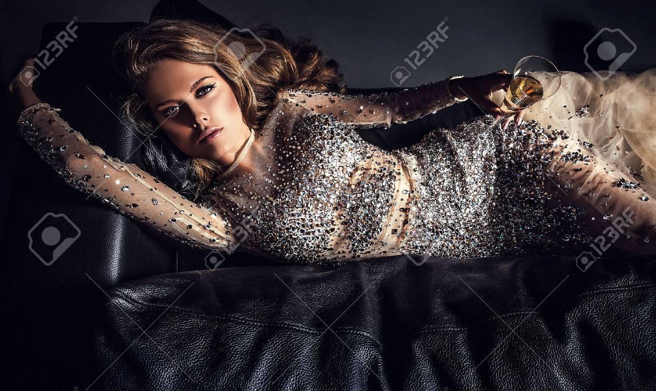 Elégante jeune femme en robe de luxe Banque d'images - 47775616