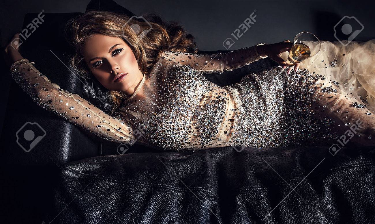 Elegant young woman in luxury dress Banque d'images - 47775616