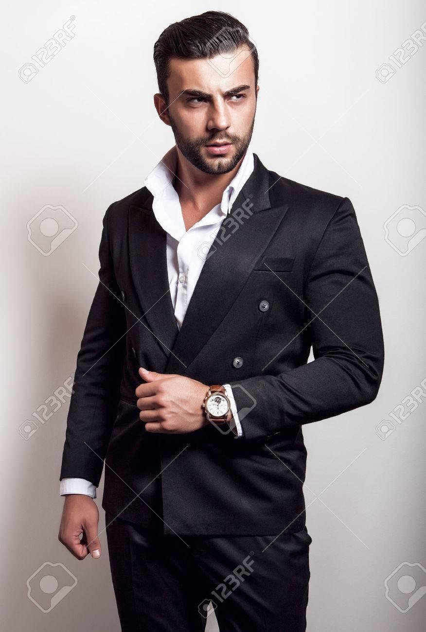 bel homme noir en costume
