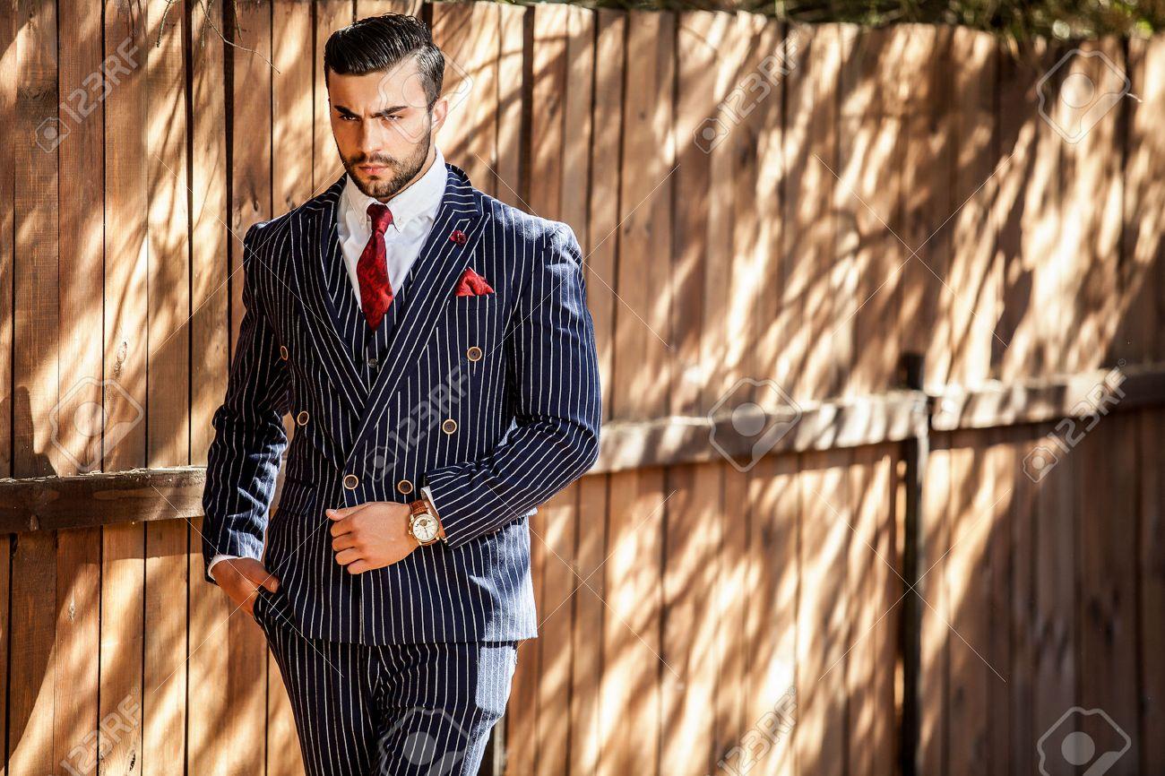 Jeune homme à la mode européenne Banque d'images - 47776447