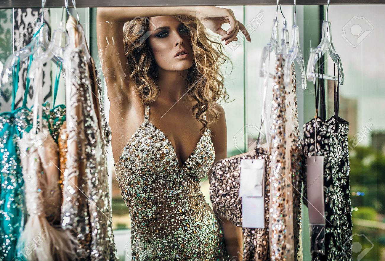 Elegant young woman in luxury dress Banque d'images - 47778163