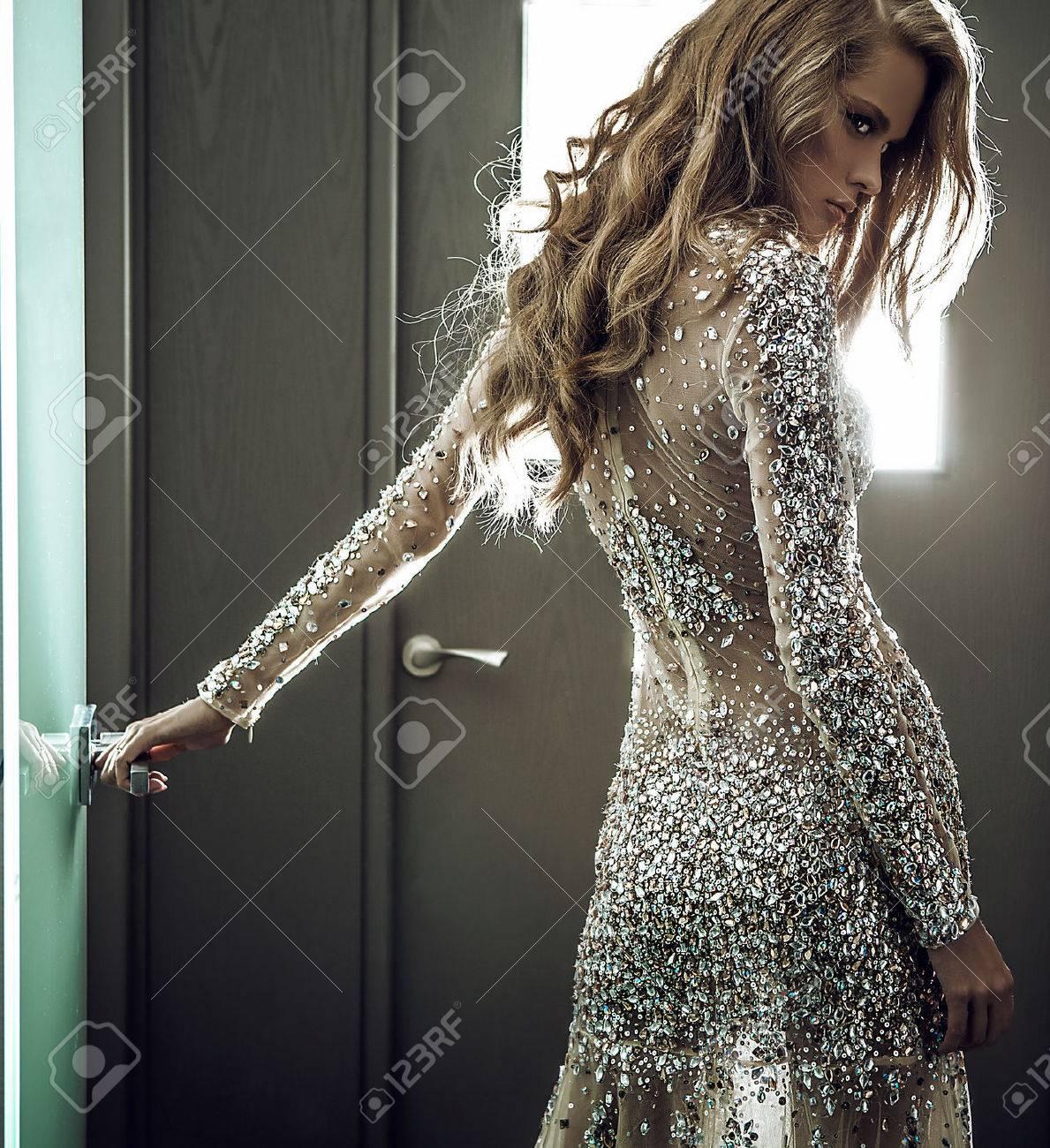 Elégante jeune femme en robe de luxe Banque d'images - 47779535