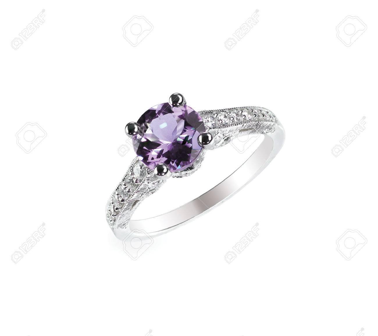 7c515b483cb3 Amatista púrpura de diamantes anillo de boda del compromiso de la piedra  preciosa de novia aislado