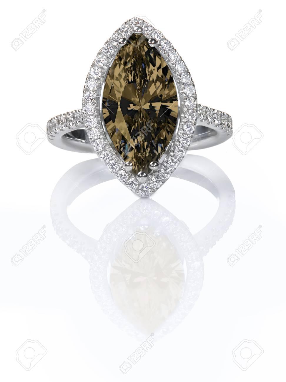 6ee4a4b40699 Foto de archivo - Hermoso anillo de compromiso de diamantes de color marrón  chocolate. Piedras preciosas corte marquesa rodeado por un halo de  diamantes.