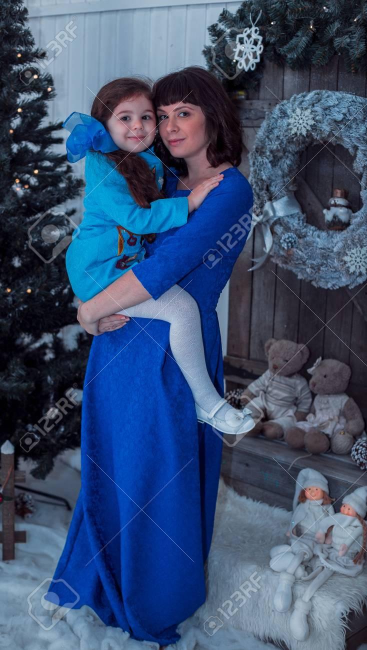 Heureuse Mere Avec Sa Fille En Longues Robes Bleues Banque D Images Et Photos Libres De Droits Image 49868426