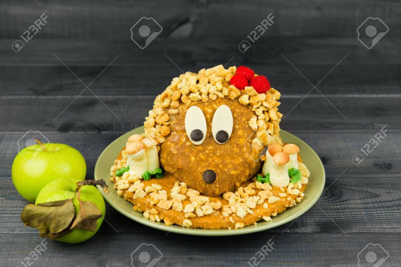 Der Kuchen Sieht Aus Wie Ein Igel Mit Pilzen Und Erdbeeren Auf Einem