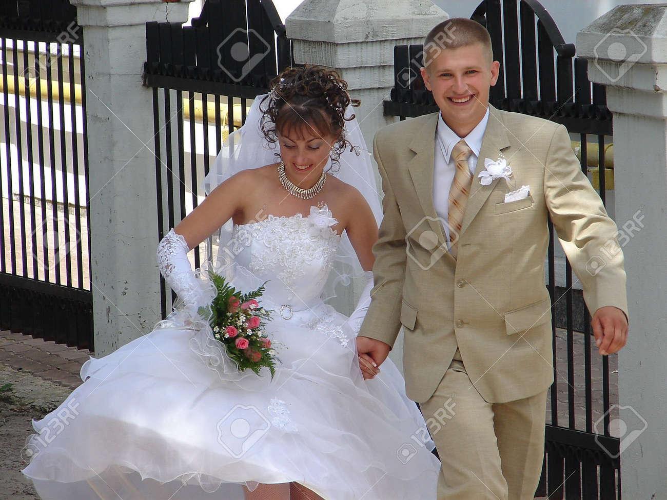 Running Wedding Couple Stock Photo - 584981