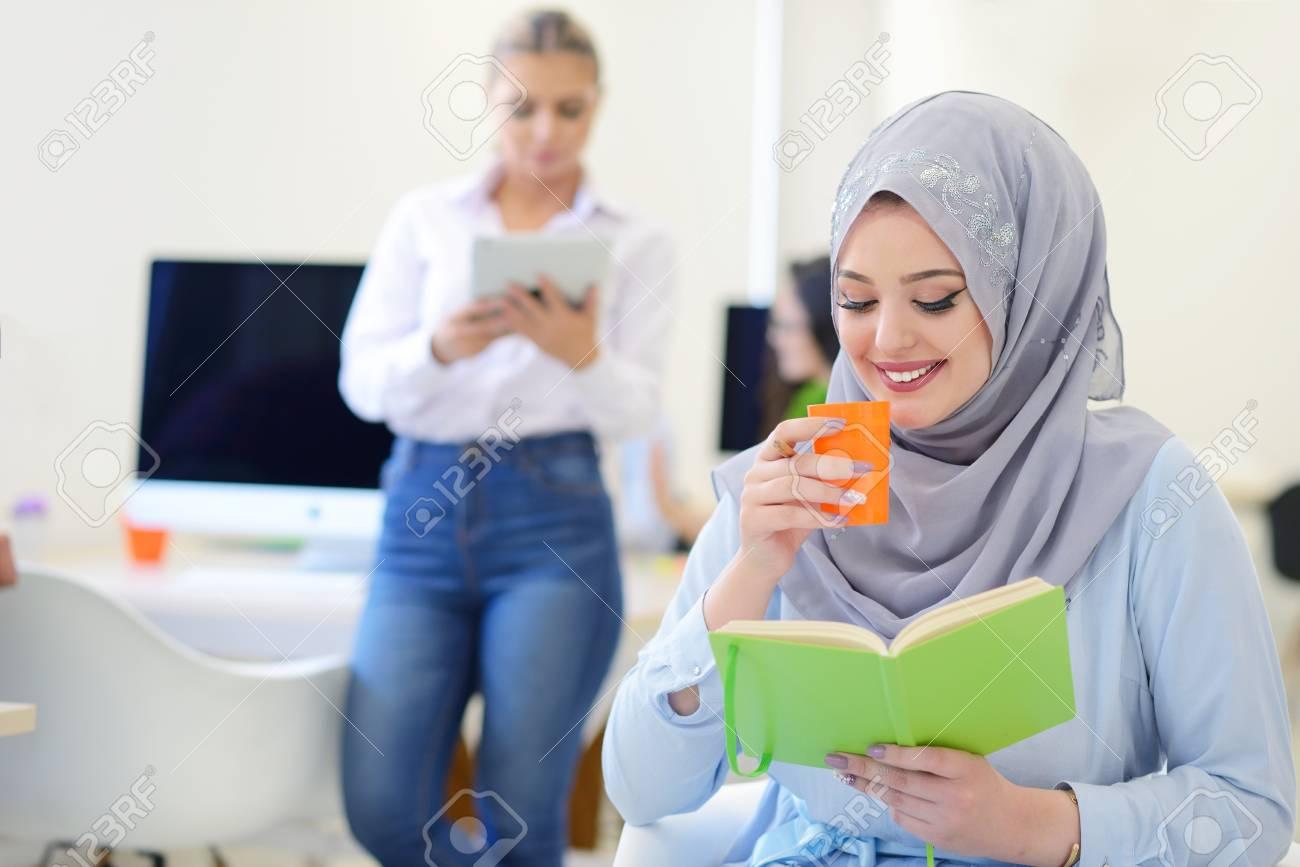 Businesswoman arabe dans le bureau avec réunion de businesspeople