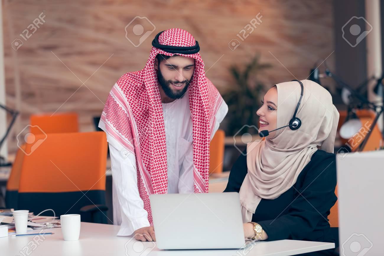 Couple d affaires arabe travaillant ensemble sur le projet au