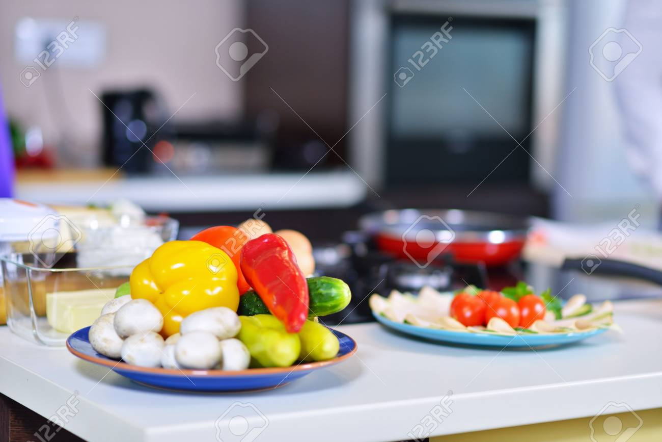 Alimentos saludables están sobre la mesa en la cocina