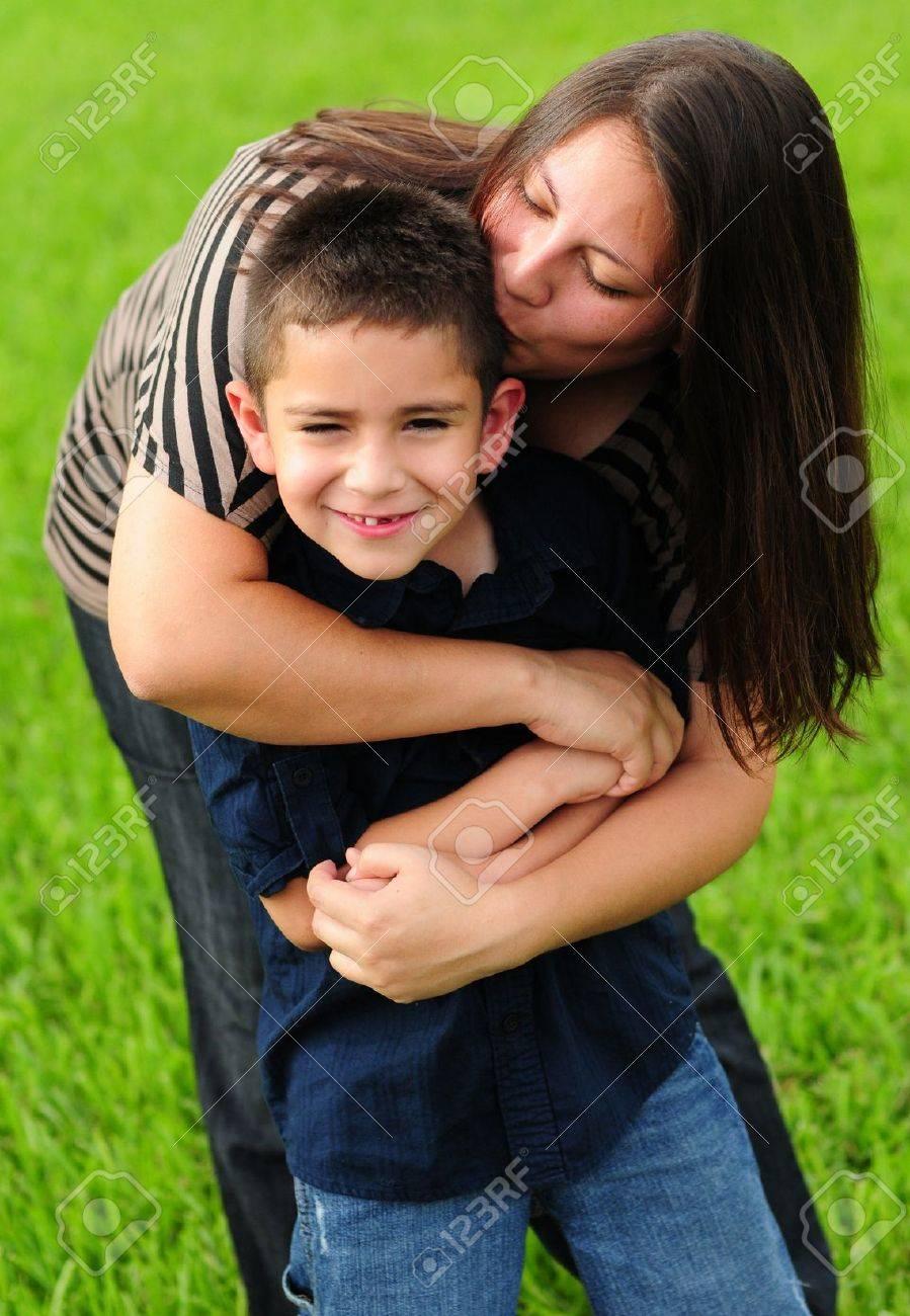 Как поцеловать мама с сыном