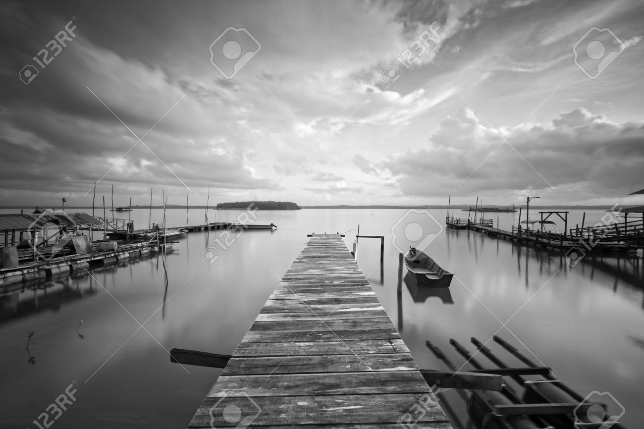 Legno Bianco E Nero : Il molo di pescatori in legno bianco e nero a sg tiram johor l