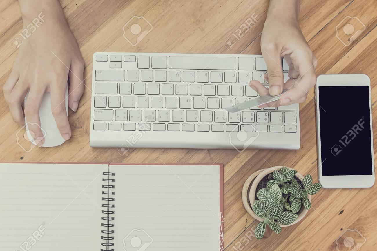 108974aca0269c Frau Online-Shopping und Bezahlung per Kreditkarte, wenig Licht, selektiven  Fokus auf der
