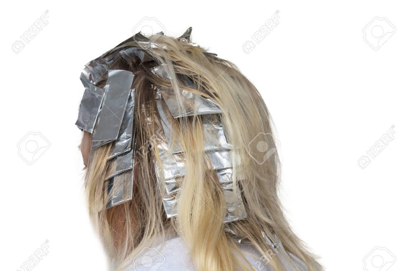 La Donna Con I Capelli Biondi In Preparazione Per La Tintura Dei Capelli Mette In Evidenza I Capelli Avvolti In Un Foglio Di Alluminio