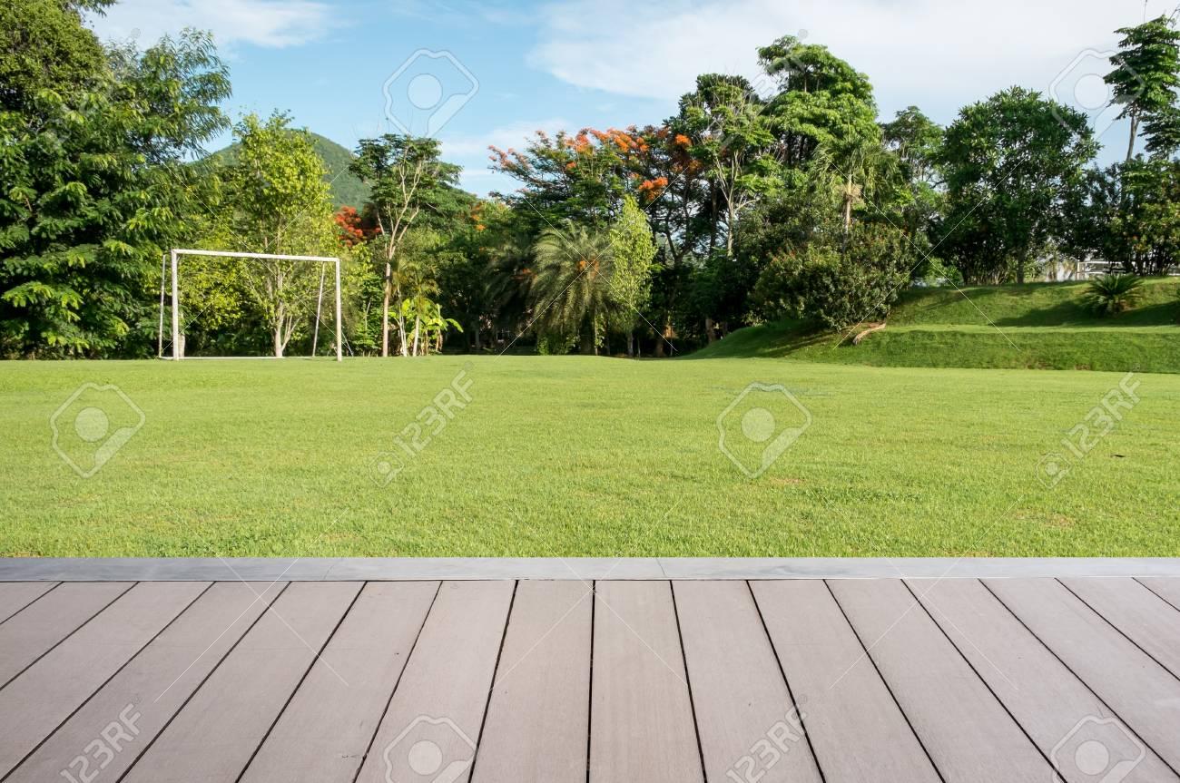 Campo De Fútbol De Hierba Verde Por La Terraza