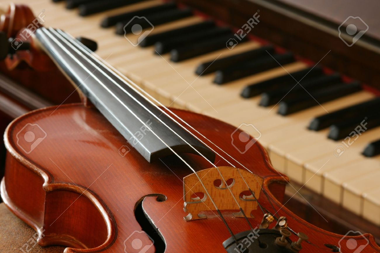 Old violin and an old walnut piano Stock Photo - 5250780