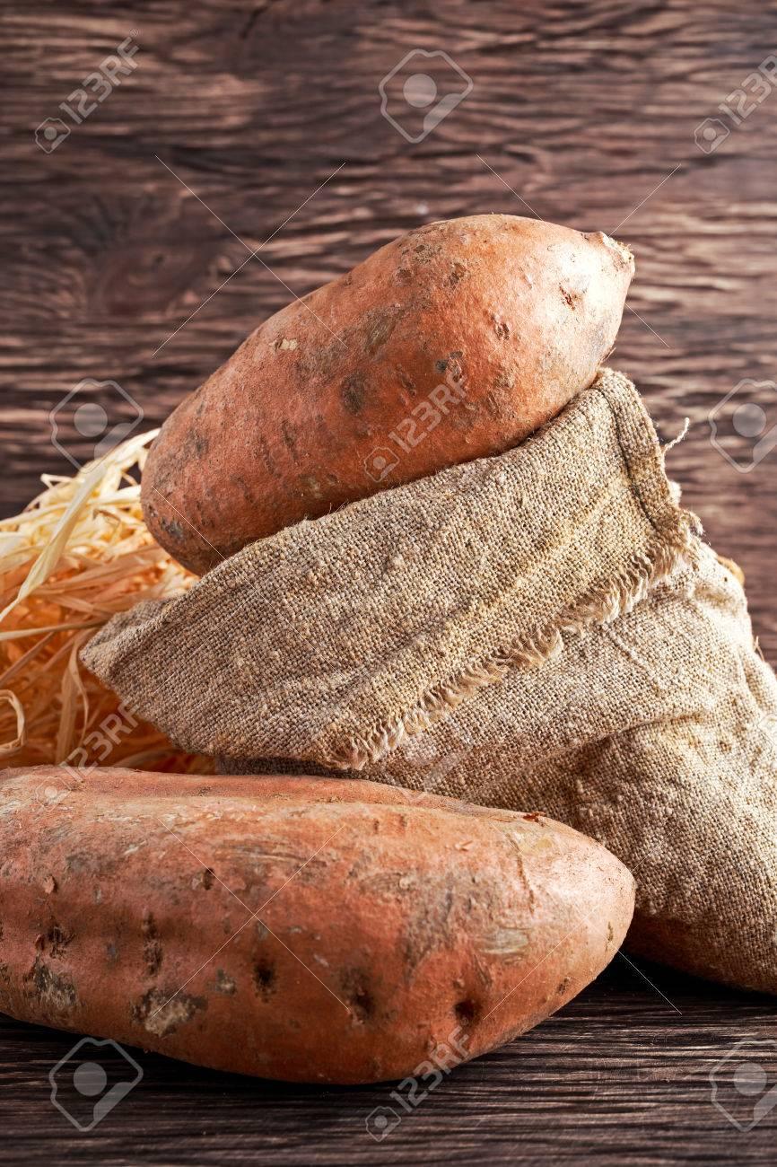 Sac À Patates Toile De Jute fraîchement récolté des patates douces organiques dans un sac en toile de  jute sur la table en bois