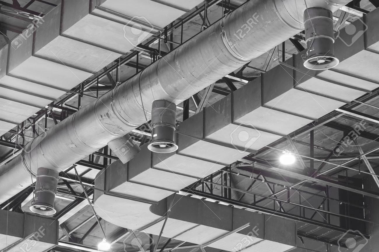 写真素材 , 空調ダクト クリーニング、換気パイプ シルバー断熱材の新しい建物の内側の天井からぶら下がっています。