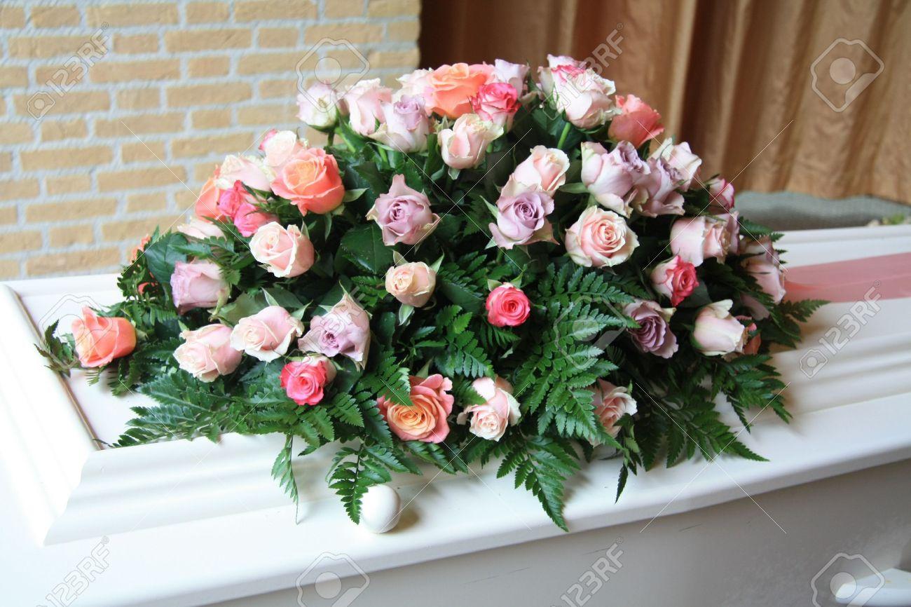 Ataúd Blanco Cubierto De Arreglos Florales A Un Funeral
