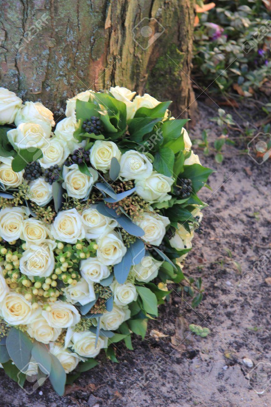 Corazón En Forma De Simpatía Arreglo Floral Con Rosas Blancas Cerca De Un árbol