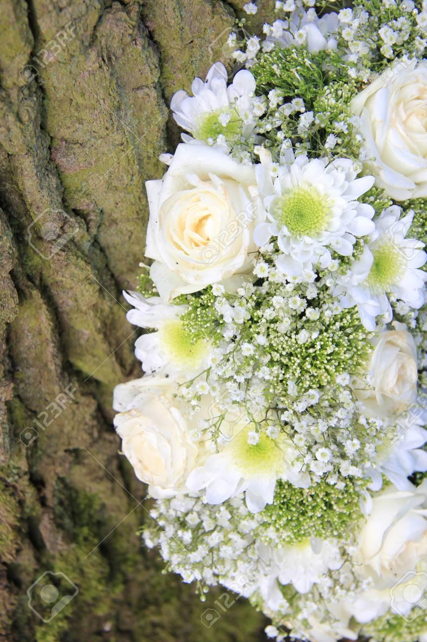 Arreglo Floral Blanco Cerca De Un árbol Rosas Y Crisantemos