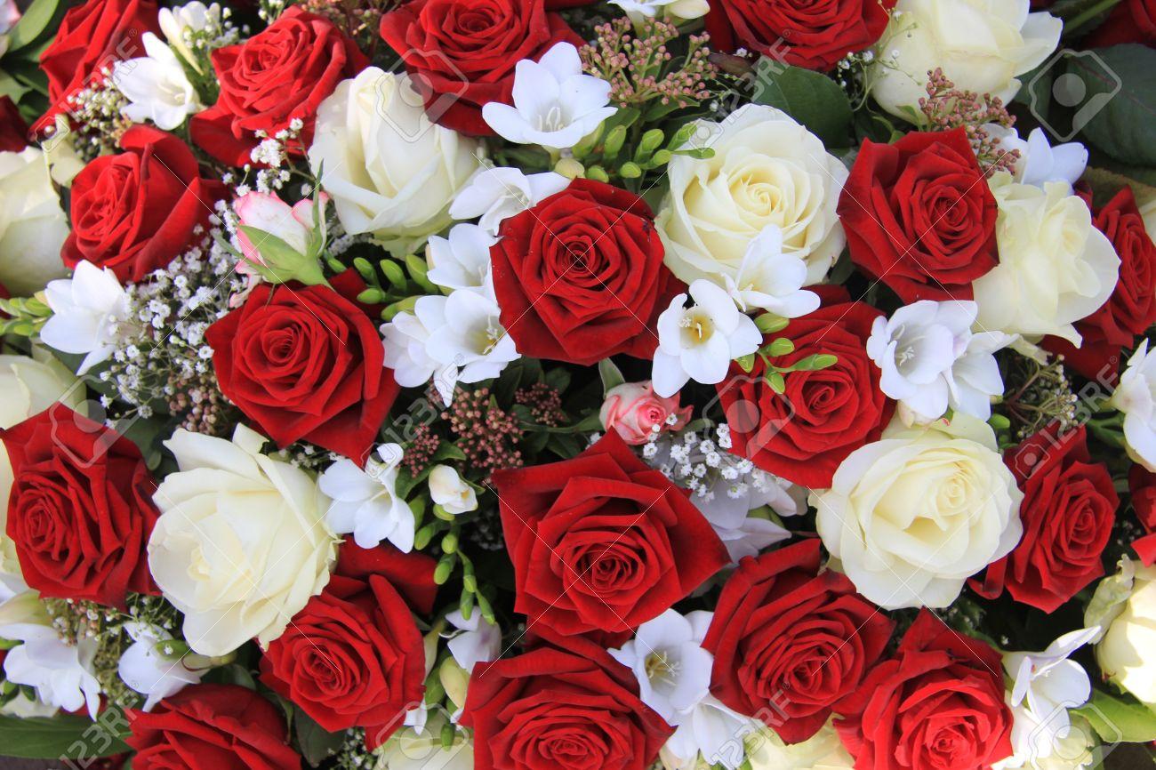 Combinacion Clasica De Grandes Rosas Blancas Y Rojas En Un Ramo De