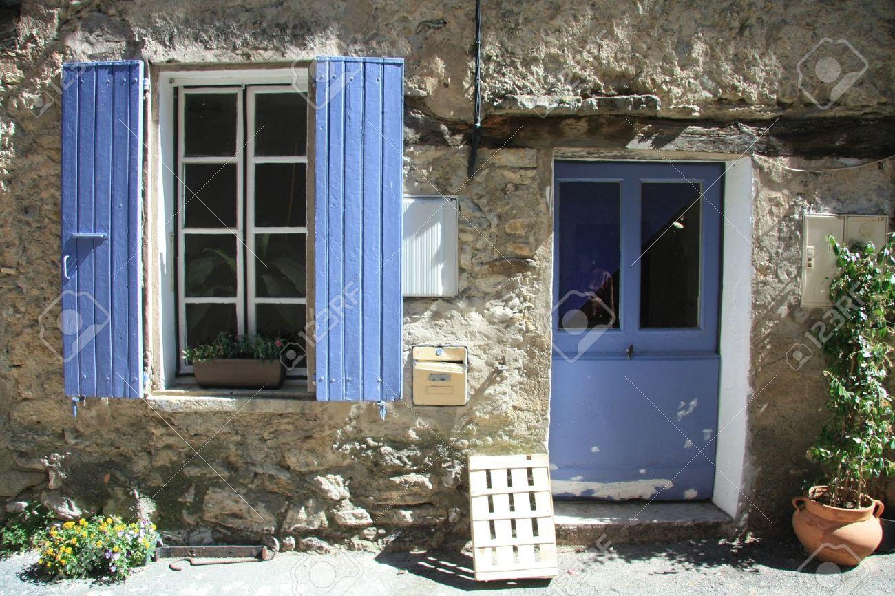 Huis In Typisch Provençaalse Stijl In Frankrijk Ramen Met Houten Luiken