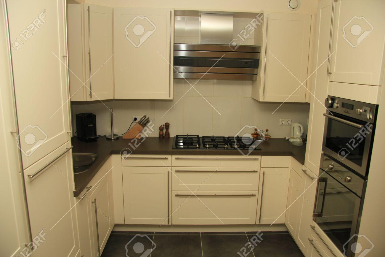 cuisine moderne contemporain style en blanc cassé avec l'acier