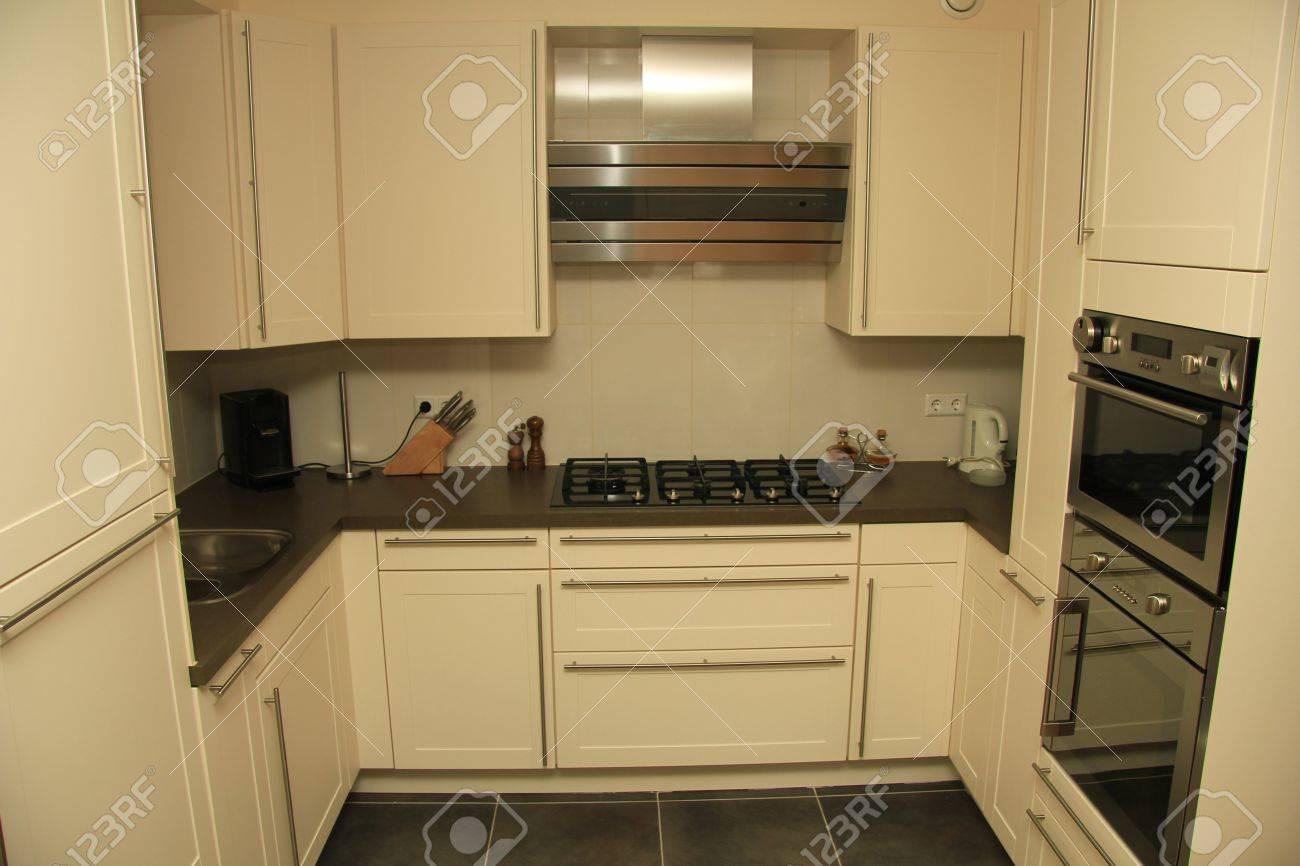 Moderne Zeitgenössische Gestylte Küche In Off White Mit Edelstahl ...